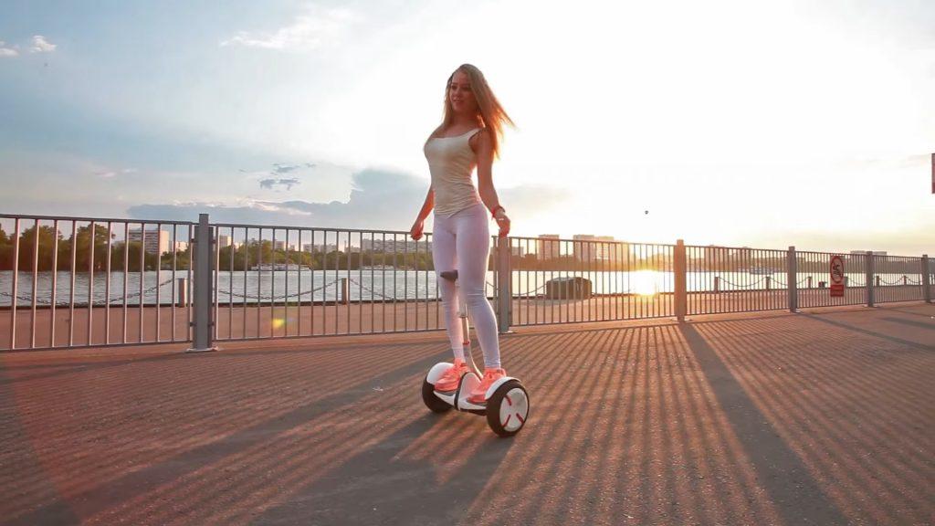 Девушка на гироскутере в Москве