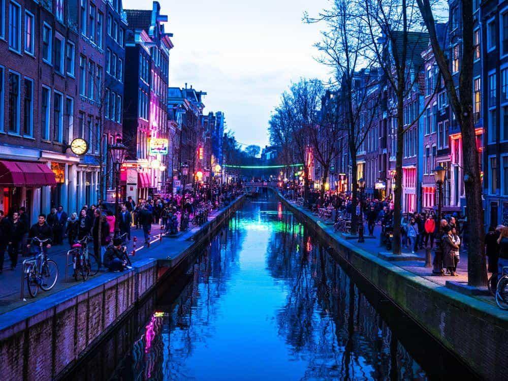 Туристы в городе Амстердам, столице Нидерландов