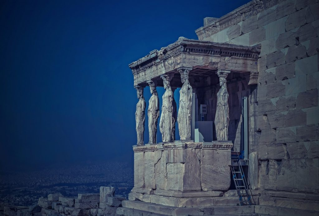 Эрехтейон, построенный в 421-406 гг. до н.э., расположен в северной части афинского Акрополя