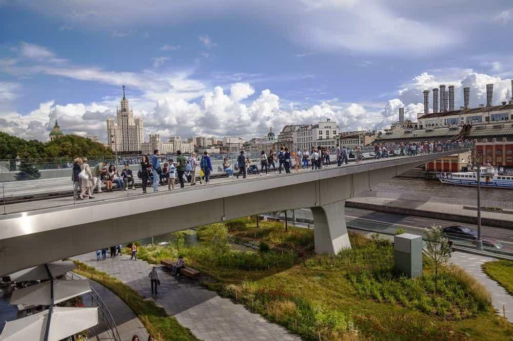 """Подвесной мост в парке """"Зарядье"""" в Москве"""