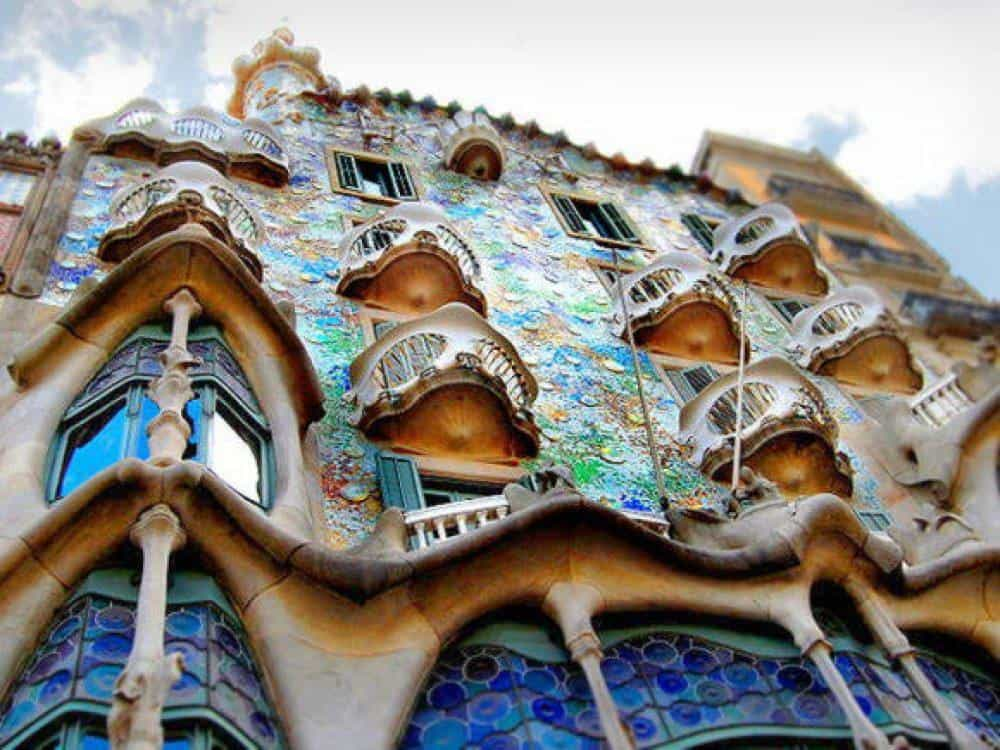 Здание, построенное Антонио Гауди в Барселоне