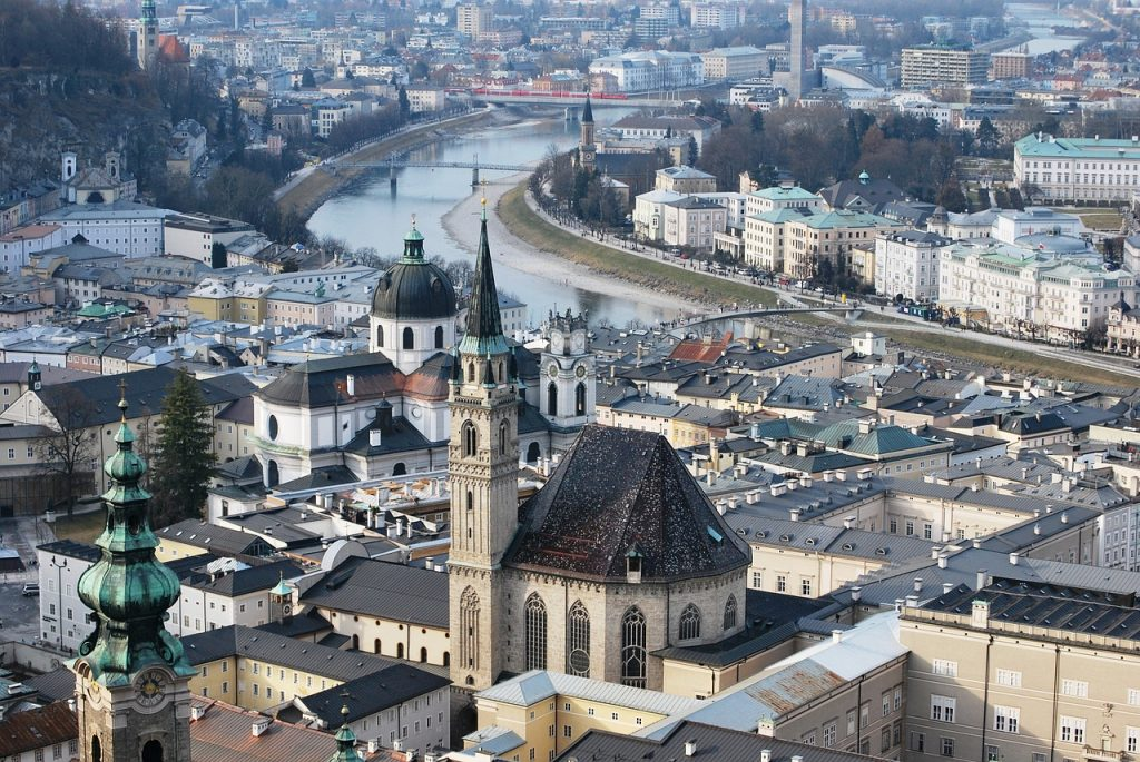 Прекрасный вид на Зальцбург и реку Зальцах