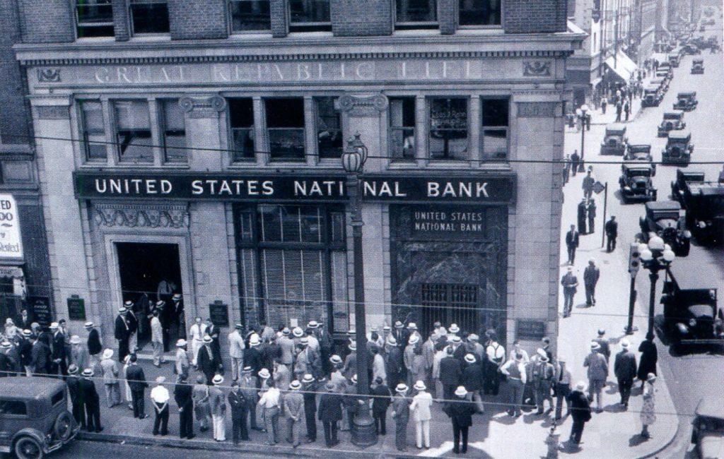 Клиенты Национального банка США у дверей главного офиса в Лос-Анджелесе 24 августа 1931 года.