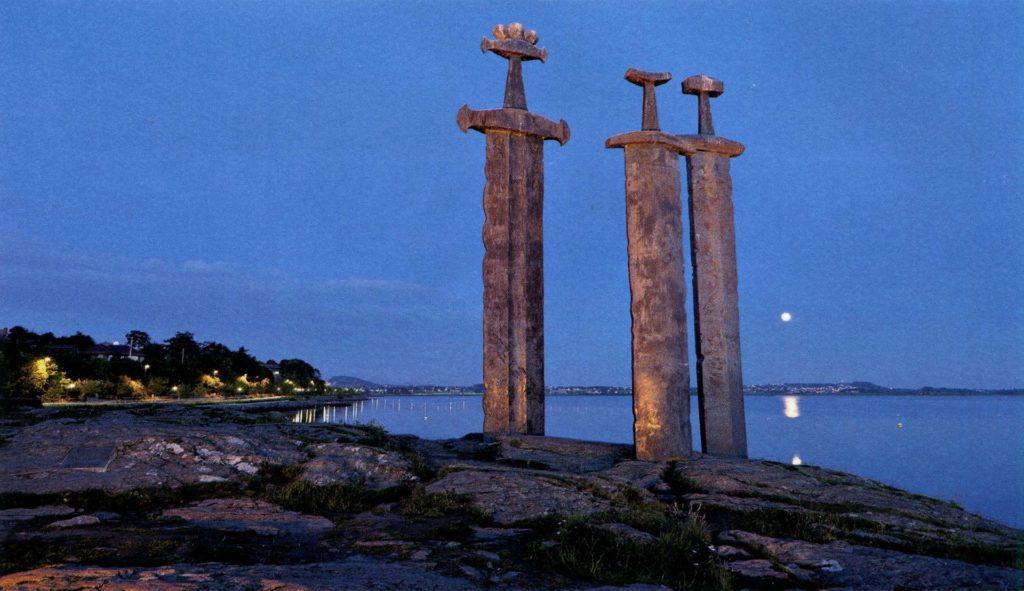 На фьорде Хафрсфьорд находится монумент «Мечи в скале»